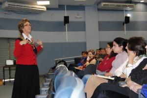 Lívia Motta ensina a fazer audiodescrição em teatro